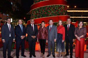 Banco Central enciende árbol Navidad