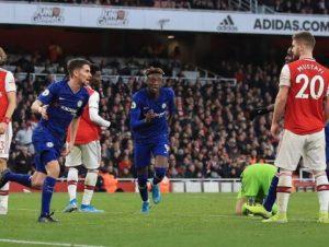 Chelsea vence al Arsenal con remontada en minutos finales