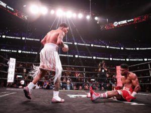 Davis noquea a Gamboa y conquista título Ligero de boxeo