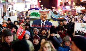 NY: Miles de personas piden el juicio político de Trump en Times Square