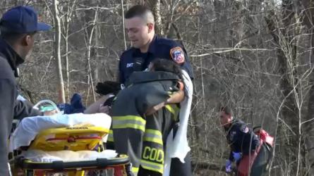 Dos niños caen en estanque helado en un parque de Queens