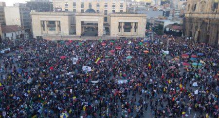 COLOMBIA: Multitud llena la Plaza de Bolívar en rechazo al Gobierno
