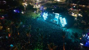 Playa Juanillo vibró con el espectáculo The Paradise Music