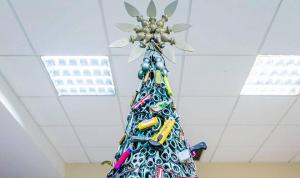 Arman árbol navideño con artículos confiscan a pasajeros en aeropuerto