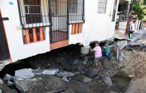 Indemnizarán familias afectadas por fuga de agua en sector Bella Vista