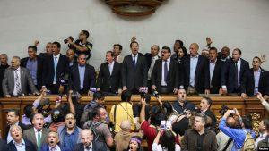 VENEZUELA: Guaidó toma el control del Parlamento y se juramenta