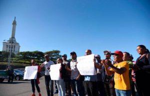Vendedores alrededores del Monumento marchan contra desalojo
