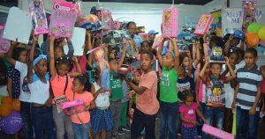 DAJABON: Salvador Holguín entrega juguetes a miles de niños