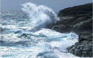El COE emite alerta ante fuertes vientos y oleajes en costas del país
