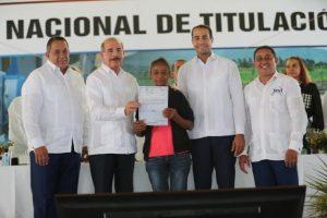 MONTECRISTI: Danilo entrega 1,911 títulos definitivos parcelas y solares