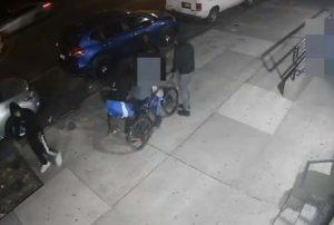 Cuatro delincuentes y dan paliza a un repartidor de comida enEl Bronx