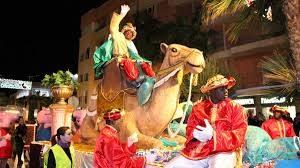 Cientos personas presencian tradicional desfile Reyes Magos