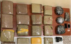 Apresan dos que transportaban 21 pacas de marihuana en un vehículo