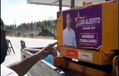 SDE: Ponen afiches candidato PLD a maquinarias utiliza Obras Públicas