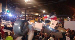 Jóvenes piden en parque Duarte se aclare motivo suspensión elecciones