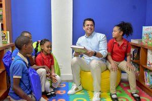 Empresas entregan bibliotecainfantil en Capotillo al alcalde David Collado
