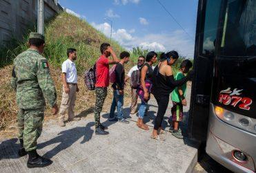 Deportan a 67 haitianos desde Chiapas, México