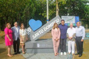 Alcalde David Collado entrega reconocimiento a pintores de la RD