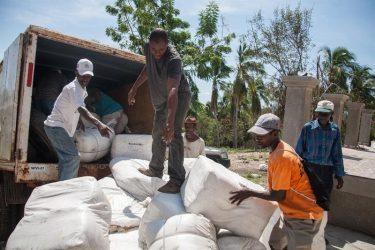 Haití distribuye ayuda alimentaria a personas vulnerables