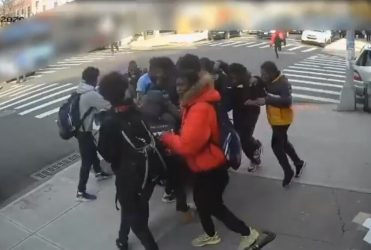 20 pandilleros agreden joven de 15 años para robarle zapatos y celular