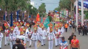 Cientos de dominicanos disfrutan en malecón de SD el cierre del Carnaval