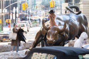 "NUEVA YORK: Mujer desnuda cabalgó el famoso ""toro"" de Wall St"