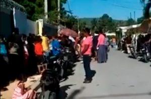 Sigue la aglomeración de personas en RD durante repartos del gobierno