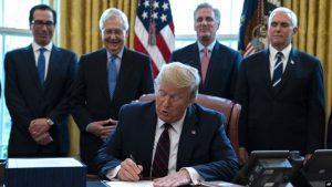 Trump firma un paquete de estímulos histórico para paliar daños pandemia
