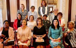 Presidente Medina entrega Medalla al Mérito a trece mujeres dominicanas
