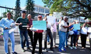 Exempleados municipales reclaman pago de prestaciones laborales