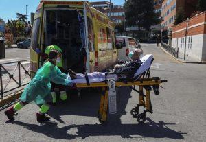 España reporta 838 muertes COVID en un día, llega a 6.528 víctimas fatales