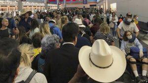 Largas esperas en los aeropuertos para los regresados a EEUU