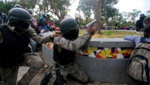HAITI: Policías retoman las protestas tras tiros con soldados hace 15 días