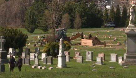 Cementerios en Nueva York llegan al límite con cadáveres de COVID-19