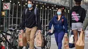 Cuomo ordena uso de mascarillas en público mientras aumentan muertes