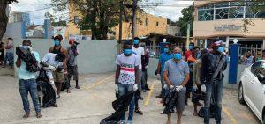 Violadores del toque de queda son obligados a recoger basura en el DN