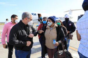 Gonzalo trae a 9 dominicanos en situación vulnerable desde Chile