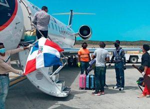 Cincuenta dominicanos son repatriados desde Turcas y Caicos