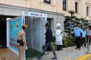 Instalan en el Palacio Nacional un túnel de desinfección de COVID-19