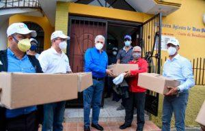 PRM entrega 200 raciones alimenticias en el sector La Joya en Santiago