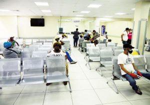Centros de salud privados Santiago reinician consultas, con mascarillas