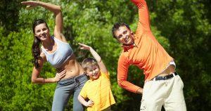 Sugieren padres mantener rutinas saludables con los hijos