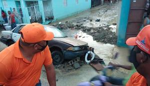 Explosión de tanque de agua inunda casas y vehículos en Santiago Oeste