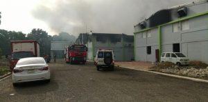 Incendio afecta fabrica de pañales desechables en Tamboril, Santiago