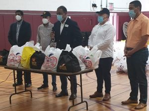 Fernando Aquino encabeza entrega de alimentos a familias necesitadas