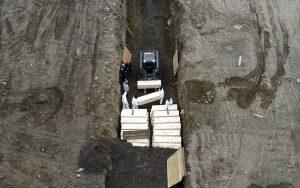 NY enterró a casi 900 personas en fosa común a principios de abril por Covid