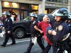 Nueva ley en Nueva York autoriza a grabar a la policía y mantener videos