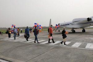 Avión de Gonzalo traslada al país 14 dominicanos varados en Boston