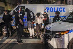 NY amplía el toque de queda hasta el domingo y condena la violencia