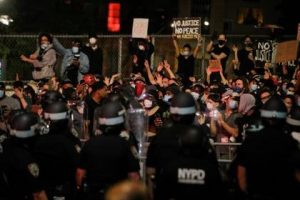 Manifestantes se enfrentan a policía en la octava noche de protestas y saqueos